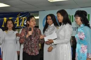 Chị Kim Duyên, CT/HPN Houston, tặng quà cho Hội Phụ Nữ Âu Cơ.  Từ trái qua phải: Chị Mễ Khuê, Chị Kim Duyên, Nha Sĩ Thùy Linh, Chị Thiên Thanh, và Bà Jackie Bông