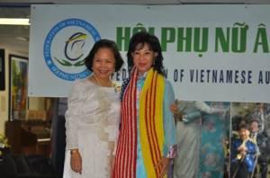 Chị Kim Dung tặng tấm khăn len có hai lá cờ Hoa Kỳ và Việt Nam cho Bà Cố Vấn Jackie Bông