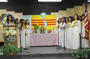 Chương trình được bắt đầu với nghi thức Chào Cờ & Mặc Niệm